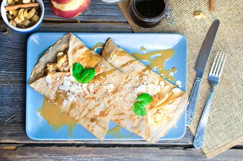 nalesnik z duszonymi jabłkami słonym karmelem szarlotka wegański lunch deser śniadanie wrocław
