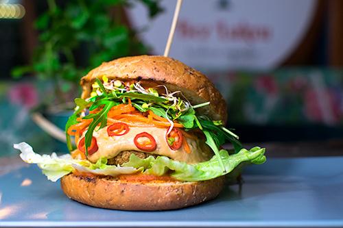 ostry weganski tajski burger bułka sos świeże chilli kiełki wrocław