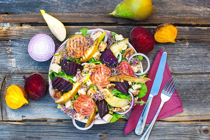 sałatka sezonowa burak wegańska sycąca zdrowa pieczona gruszka grusztarda