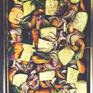 sezonowe lokalne warzywa pieczone flat lay